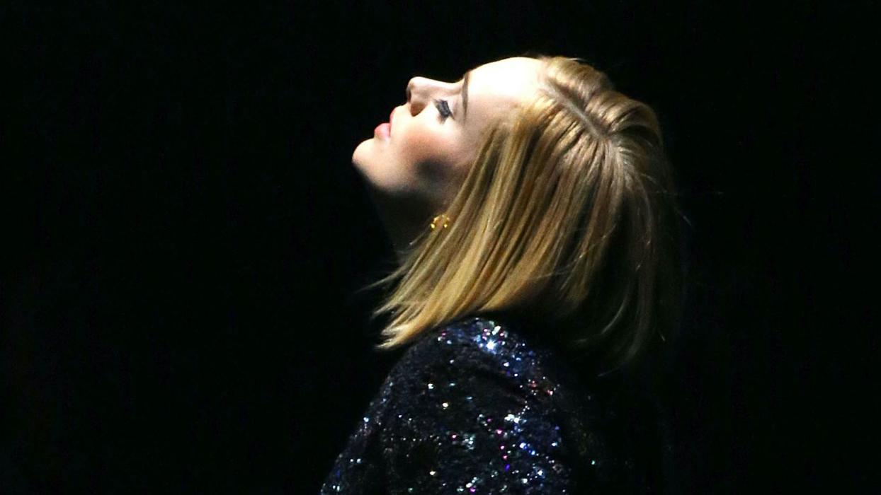 """Adele """"revela"""" novo álbum de inéditas"""